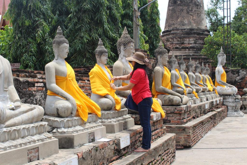 mani in posizione di preghiera per saluto Thai. Come comportarsi in Thailandia: Usi e costumi nella Terra dei sorrisi