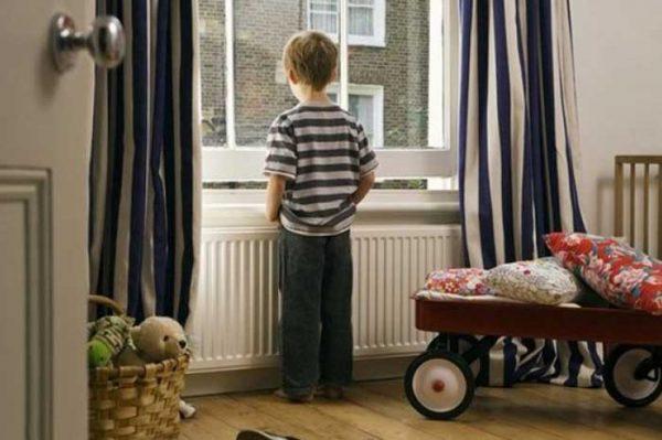 Lasciare i bambini da soli in casa: giusto o sbagliato?