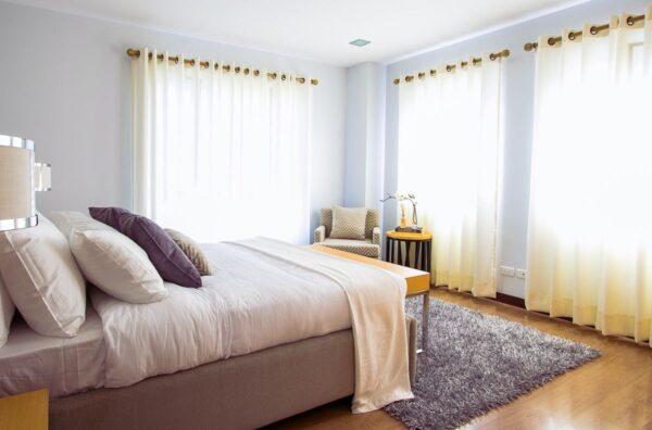 Come arredare una camera da letto piccola: trucchi e consigli